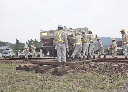 レール上のトラックを移動される実技訓練